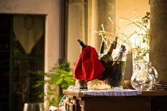 Flaschen Wein im Eimer Stockfotografie