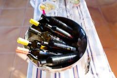 Flaschen Wein im Sonnenlicht Lizenzfreie Stockfotografie