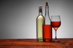Flaschen Wein mit einer vollen Schale stockbilder