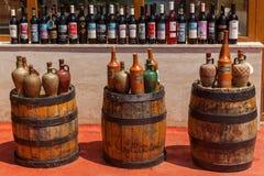 Flaschen Wein stehend auf einem hölzernen Fass georgia lizenzfreie stockfotografie