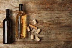 Flaschen Wein und Korken Stockbild