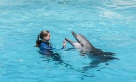 Flaschen-Wekzeugspritzen-Delphin mit Kursleiter Lizenzfreie Stockfotos