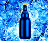 Flaschenbier auf frischem blauem Eis Stockbild