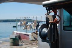 Flaschenzug auf einem Hummerboot Stockbild
