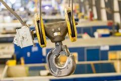 Flaschenzug und c-Haken verschoben mit Stahlkabel über Fabrik - clos Stockfoto