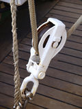 Flaschenzug und Seil auf einem Boot Lizenzfreie Stockbilder