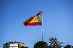 Flasg espagnol, monument de deux points de plaza en capitale de l'Espagne, folle Photographie stock libre de droits