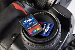 Flash card di memoria di due deviazioni standard e macchina fotografica di DSLR Immagini Stock Libere da Diritti