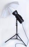 flash del estudio con el paraguas fotos de archivo