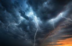 Flash do temporal do relâmpago sobre o céu noturno Conceito no topi fotos de stock royalty free