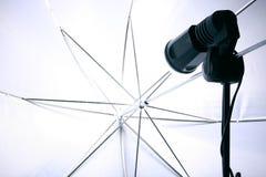 Flash ed ombrello dello schiavo dello studio Fotografia Stock Libera da Diritti