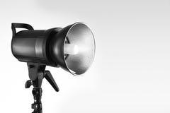 Flash profissional bonito do estúdio isolado sobre Fotos de Stock
