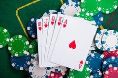 flash real em cartões e em microplaquetas de pôquer foto de stock