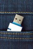Flash-Speicher in der Jeanstasche stockbilder