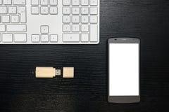 Flash-Speicher und Mobile mit dunklem Hintergrund auf einem hölzernen Brett Lizenzfreies Stockbild