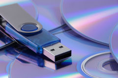 Flash-Speicherlaufwerk auf CD Stockbild