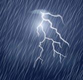 Flash y fuertes lluvias del relámpago en el cielo oscuro
