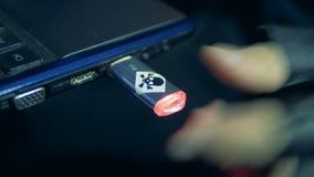 Flashdrive de hakker wordt genomen en opgenomen in een USB-poort stock video