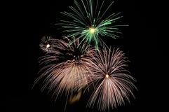 Flashes brillantes de fuegos artificiales celebradores Imagen de archivo