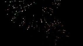 Flashes brillantes hermosos de fuegos artificiales en cielo metrajes