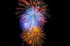 Flashes des feux d'artifice jaunes de rouge bleu et de vert Images libres de droits