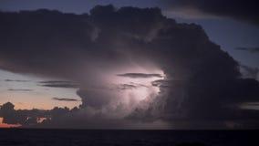 Flashes en tiempo real del relámpago de la tempestad de truenos almacen de metraje de vídeo