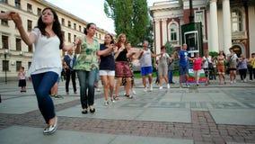 Flashmob da dança, eventos do ar livre no centro da cidade, pessoa que dança no círculo com bandeira nacional filme