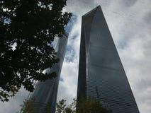 Flasköppnare och Shanghai torn Kina Royaltyfria Foton