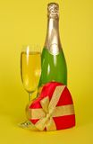 Flask- och vinexponeringsglas med champagne, en gåvaask royaltyfria foton