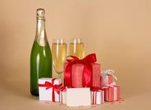 Flask- och vinexponeringsglas med champagne, gåvaaskar arkivfoton