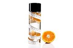 Flaska, apelsin och måttband Royaltyfria Foton