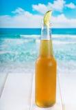 Flaska av öl med limefrukt royaltyfri fotografi