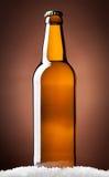 Flaska av öl på en brown Arkivfoto