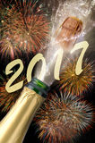 Flaska av champagne med att poppa kork på nya år 2017 Royaltyfria Foton