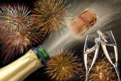 Flaska av champagne med flygkork och fyrverkerit på Silvester 2019 arkivfoto