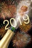 Flaska av champagne med flygkork och fyrverkerit på Silvester 2019 fotografering för bildbyråer