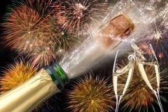Flaska av champagne med flygkork och fyrverkerit på Silvester 2019 arkivbilder