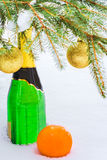 Flaska av champagne och apelsinen på snön Arkivbild