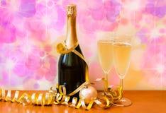 Flaska av champagne och exponeringsglas med champagne Royaltyfria Bilder