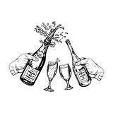 Flaska av champagne och flaska av vin i hand och exponeringsglas Arkivbild