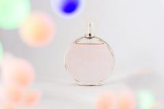 Flaska av doft på en vit bakgrund, nåd och friskhet, wi Arkivbilder