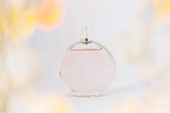 Flaska av doft på en vit bakgrund, nåd och friskhet, wi Arkivbild