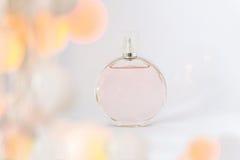 Flaska av doft på en vit bakgrund, nåd och friskhet, wi Royaltyfria Foton