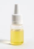 Flaska av e-flytande för elektronisk cigarett på vit bakgrund Royaltyfri Bild