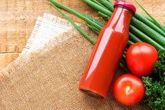 Flaska av grönsakfruktsaft med nya grönsaker Arkivfoto
