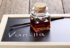 Flaska av hemlagad vaniljextrakt royaltyfri foto