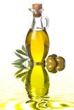 Flaska av jungfrulig extra olivolja och oliv Royaltyfri Fotografi