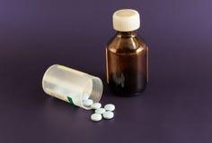 Flaska av medicinska preventivpillerar Fotografering för Bildbyråer