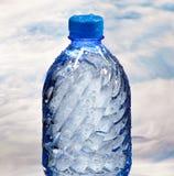 Flaska av mineralvatten Arkivbild