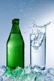 Flaska av mineralvatten med is Royaltyfri Fotografi